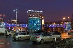 Khimki,俄罗斯- 2月13 2016年 都市风景在俯视大行人穿越道的晚上 免版税库存图片