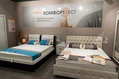 Khimki,俄罗斯- 2月13 2016年 陈列在盛大家具购物的样品床,最大的名牌货商店 库存照片