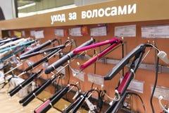 Khimki, Россия - 22-ое декабря 2015 Фены для волос в сетевых магазинах Mvideo больших продавая электронику и бытовые приборы Стоковые Изображения