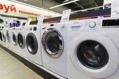 Khimki, Rússia - 22 de dezembro de 2015 Máquina de lavar nas grandes lojas de cadeia de Mvideo que vendem a eletrônica e os apare imagens de stock royalty free