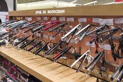 Khimki, Rússia - 22 de dezembro de 2015 Secadores de cabelo nas grandes lojas de cadeia de Mvideo que vendem a eletrônica e os ap Foto de Stock