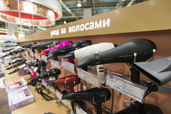 Khimki, Rússia - 22 de dezembro de 2015 Secadores de cabelo nas grandes lojas de cadeia de Mvideo que vendem a eletrônica e os ap Imagens de Stock