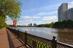 Khimki Rosja, Maj, - 30 2017 Widok Moskwa kanał i Eco brzeg park Fotografia Stock