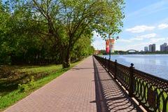 Khimki Rosja, Maj, - 30 2017 Widok Moskwa kanał i Eco brzeg park Zdjęcia Stock