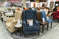 Khimki Rosja, Wrzesień, - 03 2016 drodzy stoły i krzesła w wielkim meblarskim sklepie Uroczystym Zdjęcie Stock