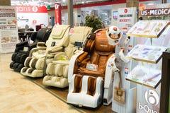 Khimki Rosja, Wrzesień, - 03 2016 Masaż przewodniczy Yamaguchi w wielkim meblarskim sklepie Uroczystym Fotografia Stock