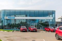 Khimki Rosja, Wrzesień, - 12 2016 Samochodowy handlowiec sprzedawać samochody Mazda i Rolf Fotografia Stock