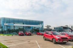 Khimki Rosja, Wrzesień, - 12 2016 Samochodowy handlowiec sprzedawać samochody Mazda i Rolf Fotografia Royalty Free