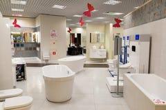 Khimki Rosja, Wrzesień, - 03 2016 sprzedający skąpania i innego sanitarnego artykuły w wielkim meblarskim sklepie Uroczystym Fotografia Stock