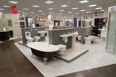 Khimki Rosja, Wrzesień, - 03 2016 sprzedający skąpania i innego sanitarnego artykuły w wielkim meblarskim sklepie Uroczystym Obrazy Royalty Free