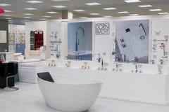 Khimki Rosja, Wrzesień, - 03 2016 sprzedający skąpania i sanitarnego artykuły w wielkim meblarskim sklepie Uroczystym Zdjęcie Royalty Free