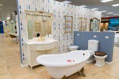 Khimki Rosja, Wrzesień, - 03 2016 sprzedający skąpania i sanitarnego artykuły w wielkim meblarskim sklepie Uroczystym Zdjęcia Royalty Free