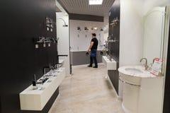 Khimki Rosja, Wrzesień, - 03 2016 sprzedający wodnego faucet i sanitarnego artykuły w wielkim meblarskim sklepie Uroczystym Zdjęcie Stock