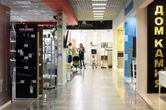 Khimki Rosja, Wrzesień, - 03 2016 sprzedawań akcesoria dla sanitarnego artykuły w wielkim meblarskim sklepie Uroczystym Obraz Stock