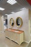 Khimki Rosja, Wrzesień, - 03 2016 sprzedawania bogaty wodny faucet i sanitarny artykuły w wielkim meblarskim sklepie Uroczystym Fotografia Royalty Free