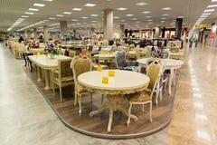 Khimki Rosja, Wrzesień, - 03 2016 Stoły i krzesła w wielkim meblarskim sklepie Uroczystym Zdjęcia Stock