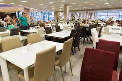 Khimki Rosja, Wrzesień, - 03 2016 Stoły i krzesła w wielkim meblarskim sklepie Uroczystym Fotografia Royalty Free