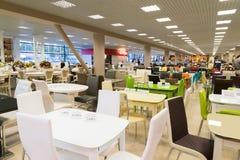 Khimki Rosja, Wrzesień, - 03 2016 Stoły i krzesła w wielkim meblarskim sklepie Uroczystym Obraz Royalty Free