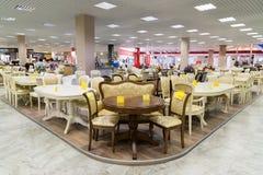 Khimki Rosja, Wrzesień, - 03 2016 wiele krzesła w wielkim meblarskim sklepie Uroczystym i stoły Obrazy Stock