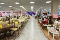 Khimki Rosja, Wrzesień, - 03 2016 wiele krzesła w wielkim meblarskim sklepie Uroczystym i stoły Obraz Stock