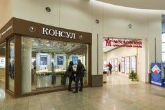 Khimki, Rusia - 22 de diciembre de 2015 El comprador en la ventana de la tienda en grupa mega de la alameda Imagen de archivo libre de regalías