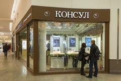 Khimki, Rusia - 22 de diciembre de 2015 El comprador en la ventana de la tienda en grupa mega de la alameda Fotografía de archivo