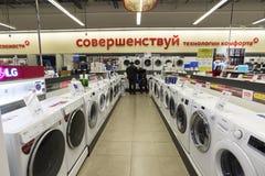 Khimki, Rusia - 22 de diciembre de 2015 Lavadora en las tiendas de cadena grandes de Mvideo que venden electrónica y aparatos ele Fotografía de archivo libre de regalías
