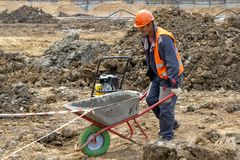 Khimki, Rusia - 13 de junio de 2018: Carretilla del trabajador de construcción foto de archivo