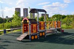 Khimki, Rusia - 30 de mayo 2017 Complejo del juego de niños en la forma de locomotora en la orilla de Eco del parque Foto de archivo