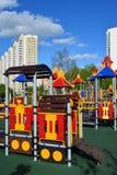 Khimki, Rusia - 30 de mayo 2017 Complejo del juego de niños en la forma de locomotora en la orilla de Eco del parque Fotos de archivo