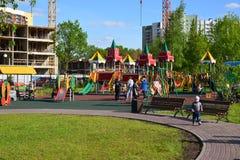 Khimki, Rusia - 30 de mayo 2017 Complejo del juego de niños en la orilla de Eco del parque Imagen de archivo