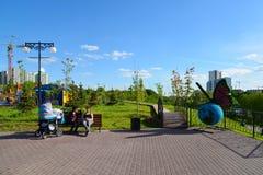 Khimki, Rusia - 30 de mayo 2017 Complejo del juego de niños en la orilla de Eco del parque Imágenes de archivo libres de regalías