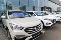 Khimki, Rusia - 12 de septiembre 2016 Varios coches Hyundai con la inscripción en el parabrisas - este coche puede conducir despu Fotografía de archivo libre de regalías