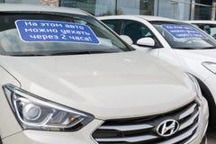 Khimki, Rusia - 12 de septiembre 2016 Varios coches Hyundai con la inscripción en el parabrisas - este coche puede conducir despu Imagenes de archivo