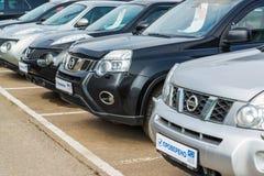 Khimki, Rusia - 12 de septiembre 2016 Varios coches Nissan con una inscripción en la placa - probada Fotos de archivo libres de regalías