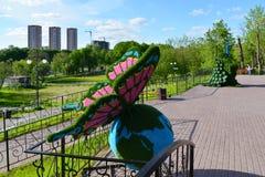 Khimki, Rusland - Mei 30 2017 beeldhouwwerk van vlinder en peafowl in de kust van parkeco Stock Afbeelding