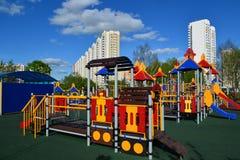 Khimki, Rusland - Mei 30 2017 Het spel van kinderen complex in vorm van locomotief in de kust van parkeco Royalty-vrije Stock Fotografie