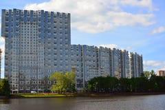 Khimki, Rusland - Mei 30 2017 Mayak woon complex op banken van het Kanaal van Moskou Stock Afbeelding