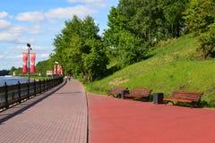 Khimki, Rusland - Mei 30 2017 Mening van het Kanaal van Moskou en het Eco-Kustpark Royalty-vrije Stock Afbeelding