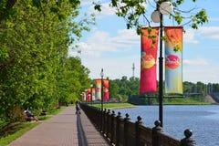 Khimki, Rusland - Mei 30 2017 Mening van het Kanaal van Moskou en het Eco-Kustpark Royalty-vrije Stock Foto