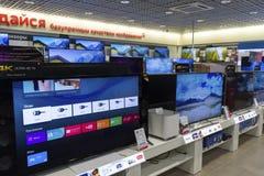 Khimki, Russie - 22 décembre 2015 TV dans de grands magasins à succursales multiples de Mvideo vendant l'électronique et des appa Photo stock