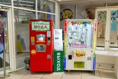 Khimki Ryssland - Februari 13 2016 Maskiner med sodavattenvatten och spela i köpcentrumtusen dollar Arkivbilder