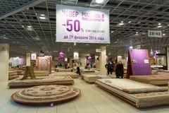 Khimki Ryssland - Februari 13 2016 Sale av mattor i storslagen möblemangshopping, den största specialiteten shoppar Royaltyfria Bilder