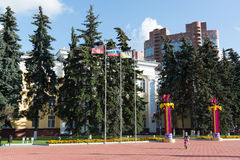 Khimki Ryssland-September 03 2016 administrationsbyggnaden på central fyrkant Royaltyfri Fotografi