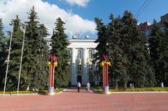 Khimki Ryssland-September 03 2016 administrationsbyggnaden på central fyrkant Arkivfoto
