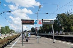 Khimki Ryssland-September 03 2016 Folk på den järnväg plattformen Kryukovo i Zelenograd Royaltyfri Foto