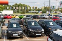 Khimki Ryssland - September 12 2016 Många olika bilar runt om salongen som är till salu av använda bilar Royaltyfri Foto