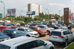 Khimki Ryssland - September 12 2016 Många olika bilar runt om salongen som är till salu av använda bilar Arkivbilder
