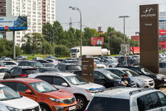 Khimki Ryssland - September 12 2016 Många olika bilar runt om salongen som är till salu av använda bilar Arkivfoton