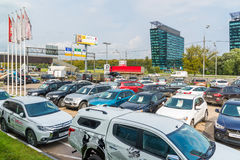 Khimki Ryssland - September 12 2016 Många olika bilar runt om salongen som är till salu av använda bilar Fotografering för Bildbyråer